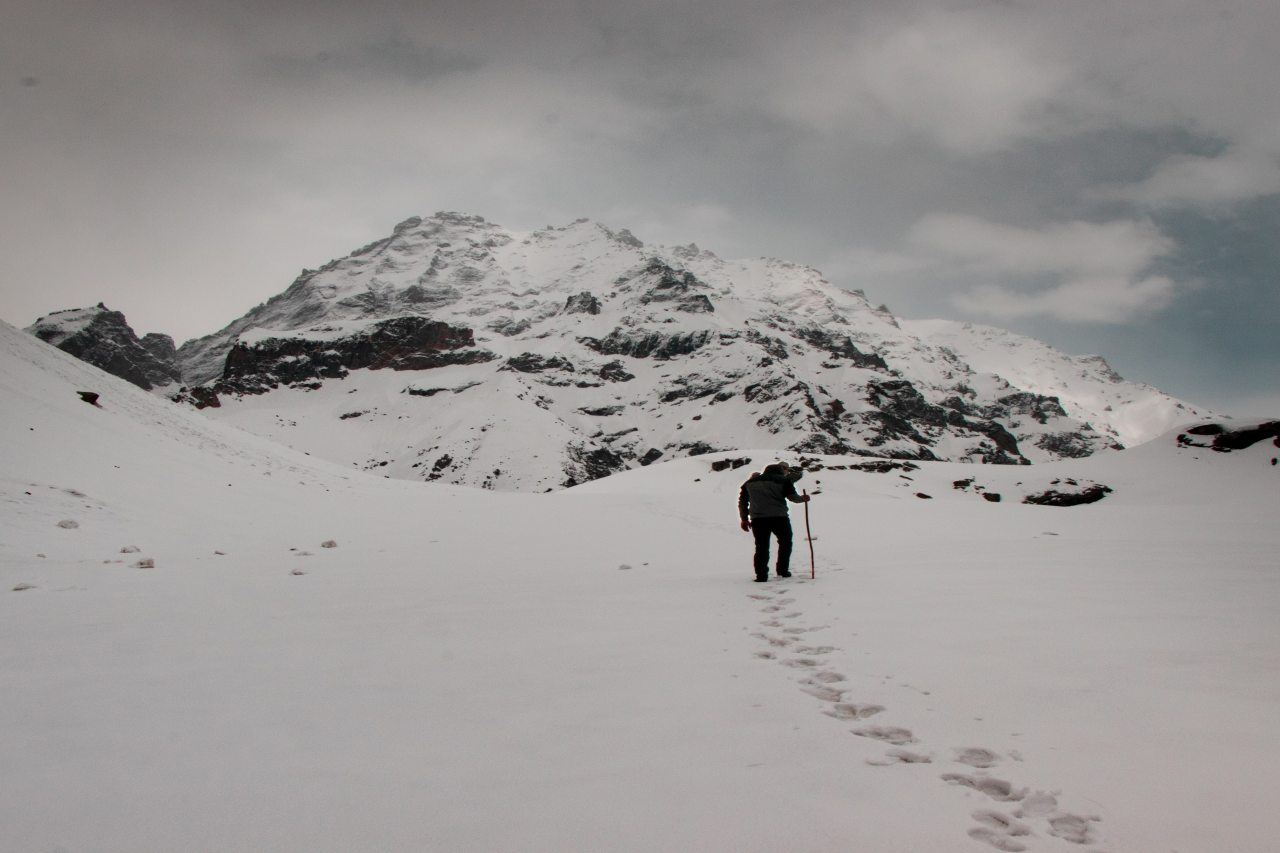 A trekker walking throuw snow and his footprints